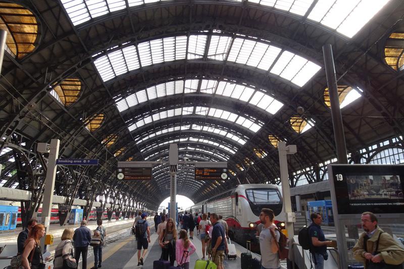 Na peronie, przed wejściem do pociągu