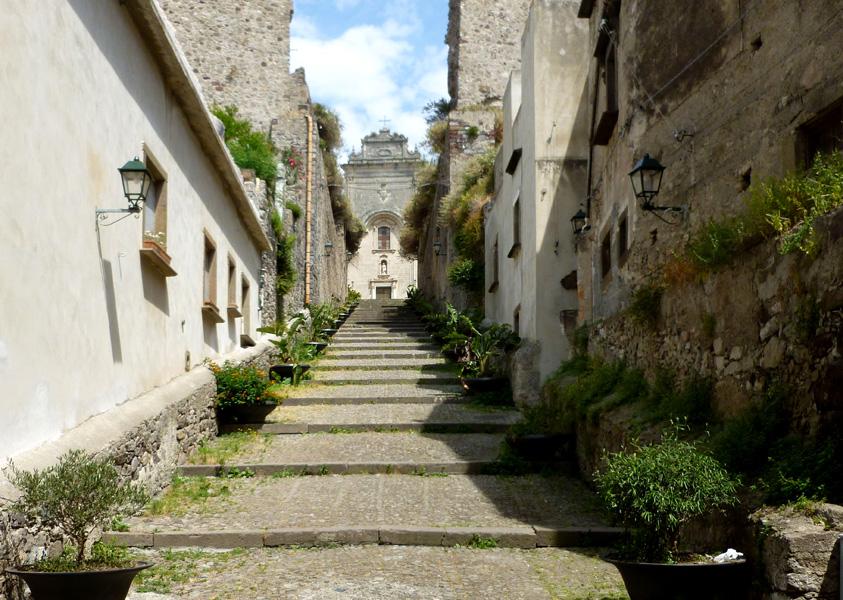 01 Schody wykute w murze wioda do katedry