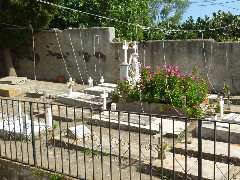 8 Dziwne wynalazki na cmentarzu w Quattropani