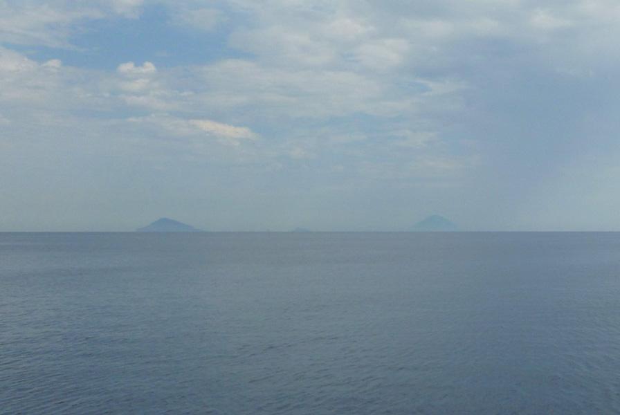06 Od lewej Panarea, Stromboli, miedzy nimi Basiluzzo