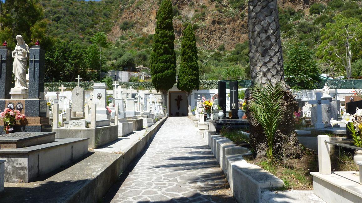 09 Cmentarz bardzo zadbany
