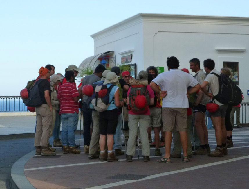 03 Przed kosciolem zbieraja sie grupy, kazda ma inny kolor kasku