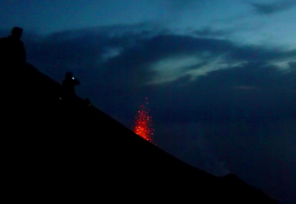 21 Czekajac na wejscie nad krater obserwujemy erupcje z boku i Sciara del Fuoco