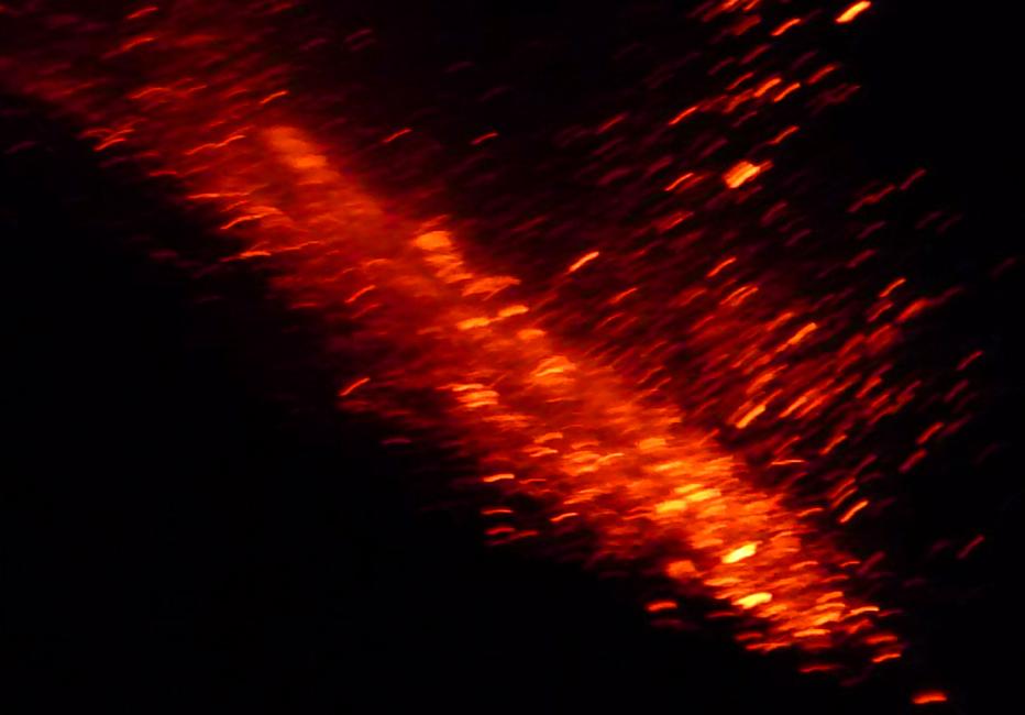 23 Droga materialu wulkanicznego spadajaca zlebem w dol