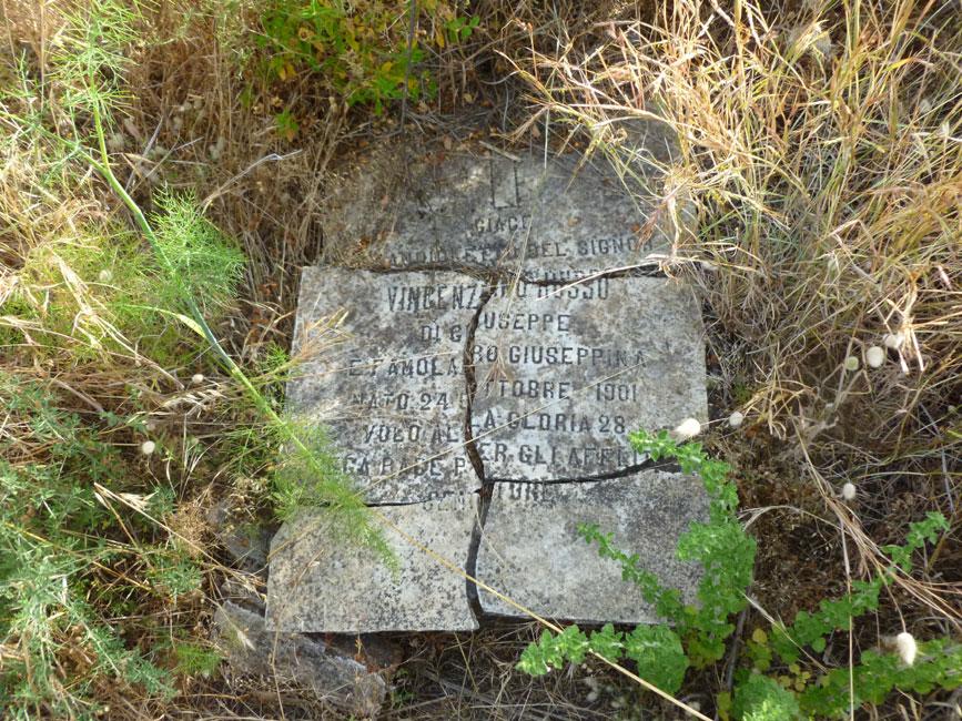 14 zniszczone stare plyty nagrobne