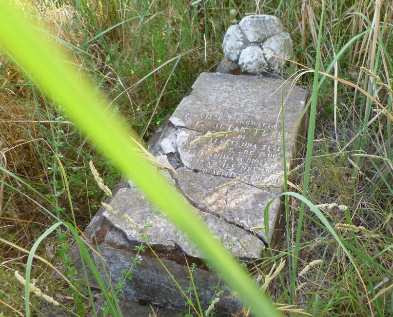 17 stara zniszczona plyta nagrobna