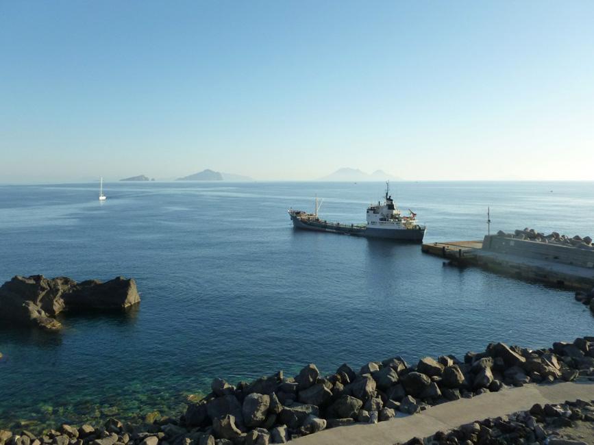 08 Port, widac statek, pompujacy wode na wyspe