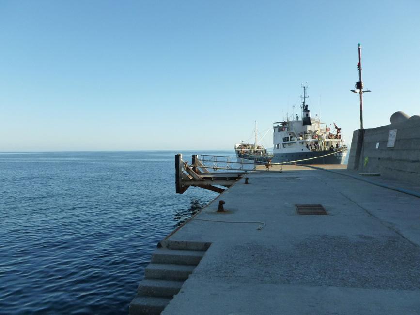 04 Statek, pompujacy wode na wyspe