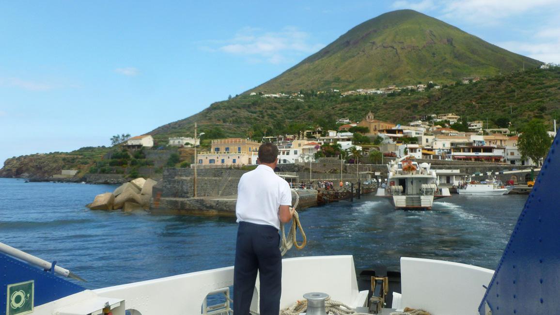 3 Wplywamy do portu w Rinelli na Salinie