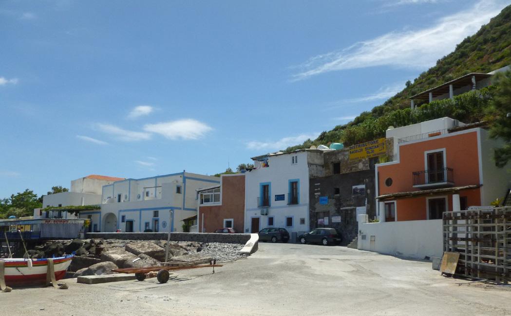 01 Filicudi Porto, tu port jest w remoncie, ale tu sie kupuje bilet zeby odplynac z przystani w Pecorino