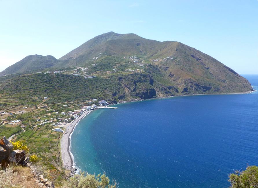 15 Filicudi Porto i reszta wyspy z najwyzszego punktu Capo Graziano