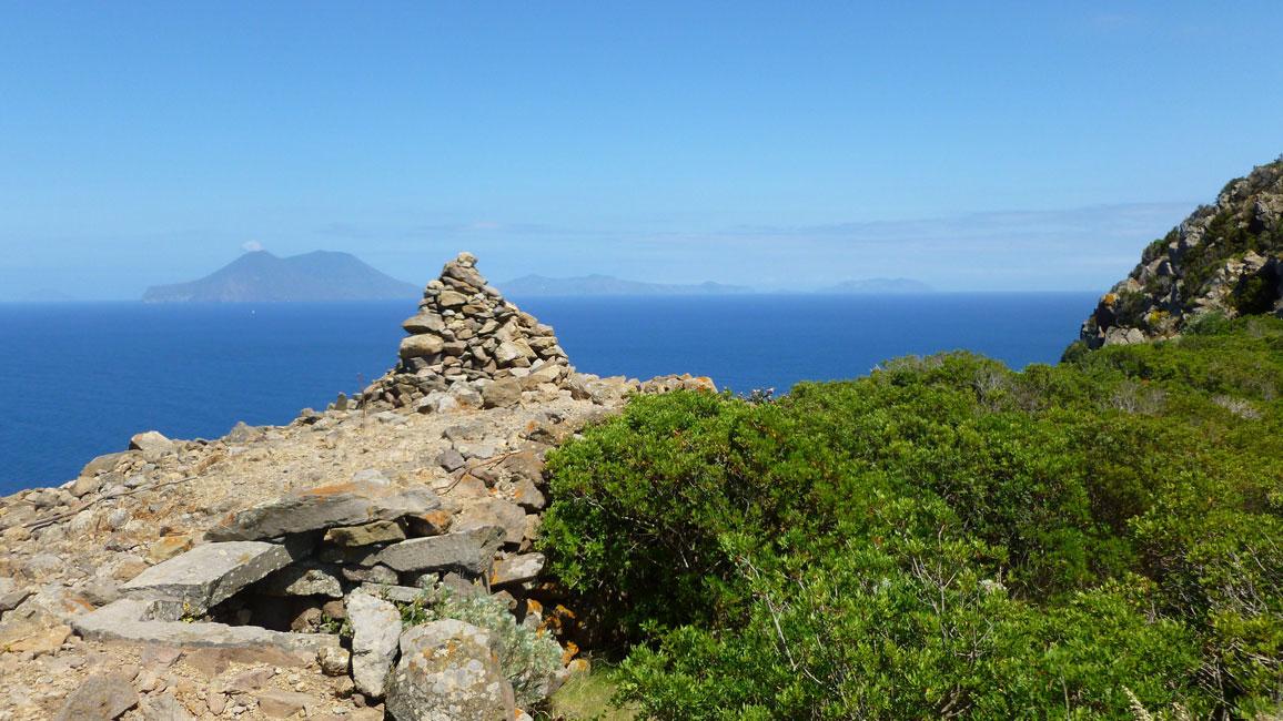17 Stozek z kamieni na najwyzszym punkcie Capo Graziano