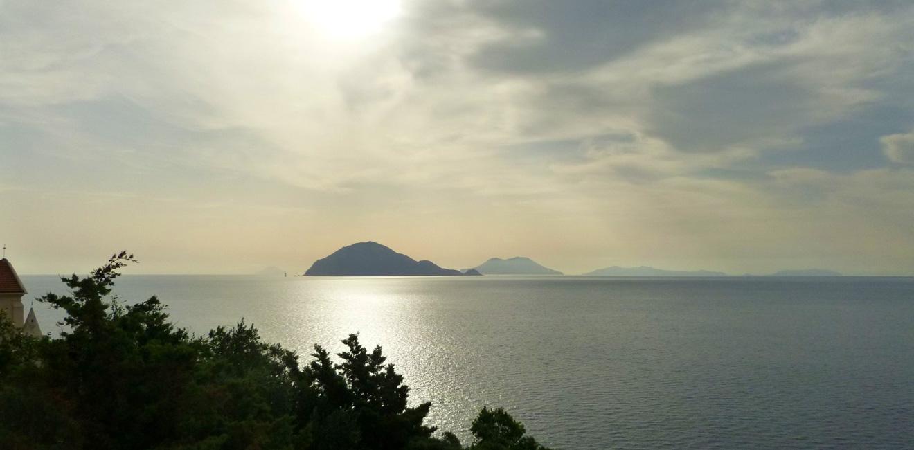 02 Od lewej, ledwo widoczna Stromboli, Filicudi, Salina, Lipari