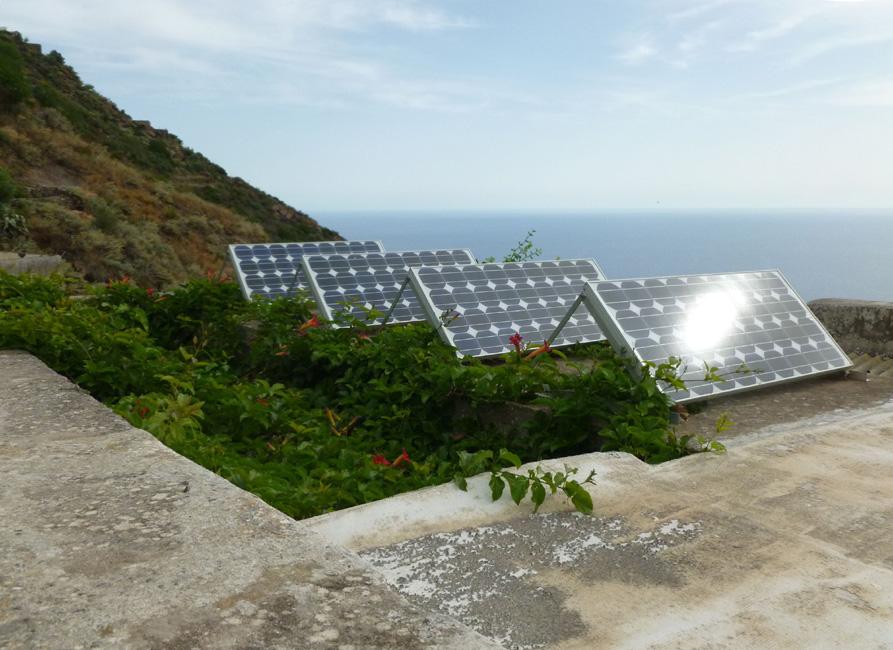 16 Panele solarne przy zabudowaniach