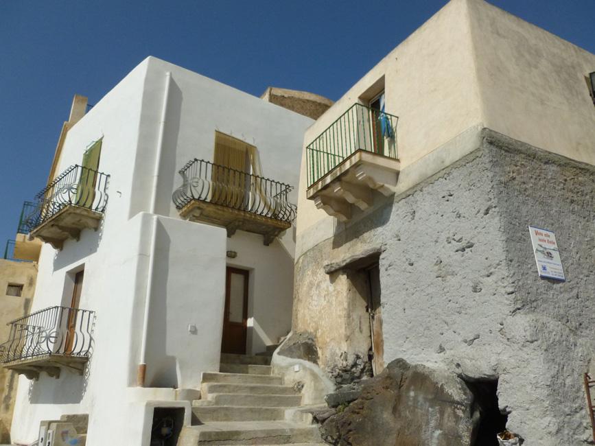 11 Domy z balkonami