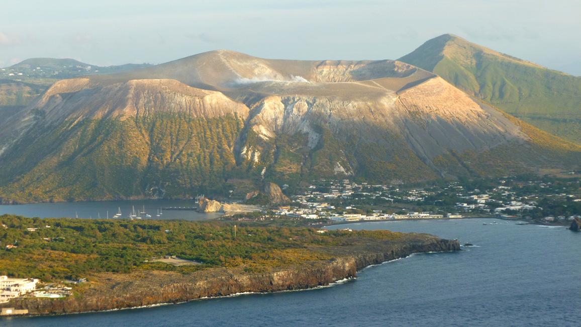 06 Vulcano z Lipari - zdjecie zrobione na wyspie, na poczatku podrozy