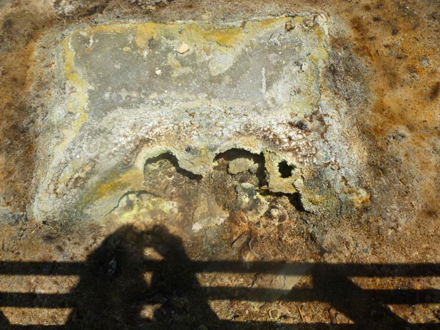 09 W murku ogrodzenia widac otwory, ktorymi uchodzi gaz