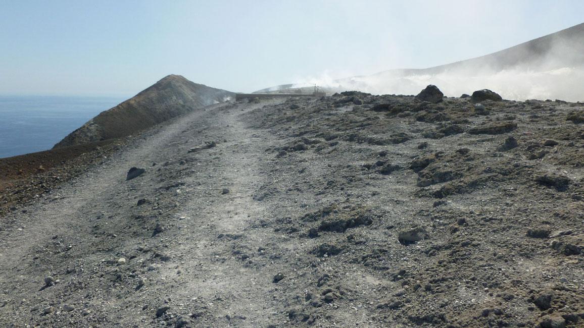 23 Juz widac krawedz krateru i fumarole