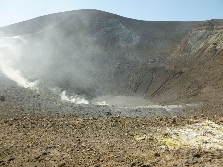 02 W dole czop krateru, z lewej fumarole