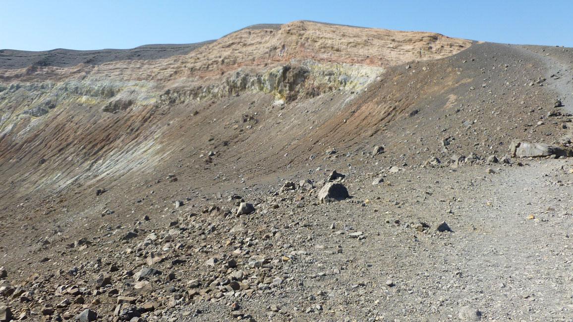 05 Obchodzac krater dookola