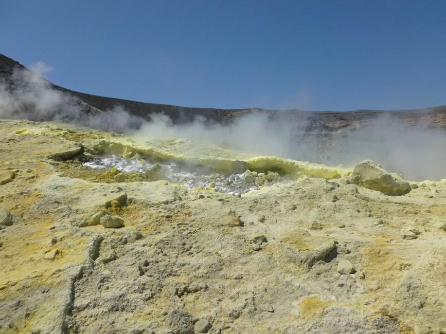 11 Fumarole na krawedzi krateru