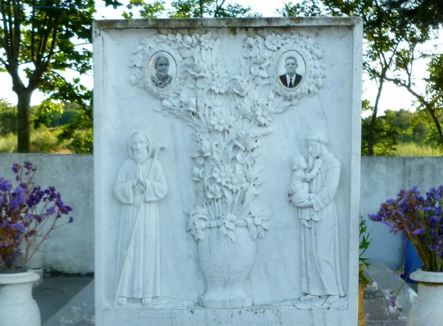 23 Piekny pomnik na cmentarzu
