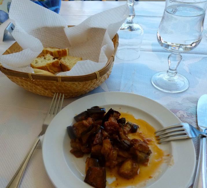 18 Caponata siciliana i tutejszy chleb