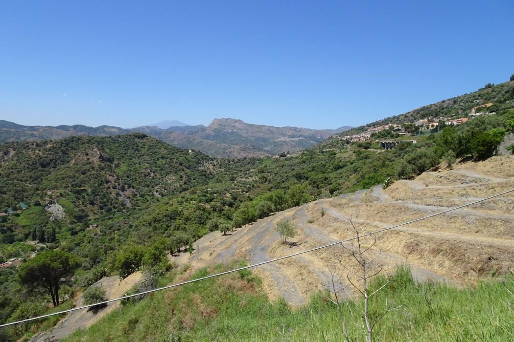 Etna w oddali