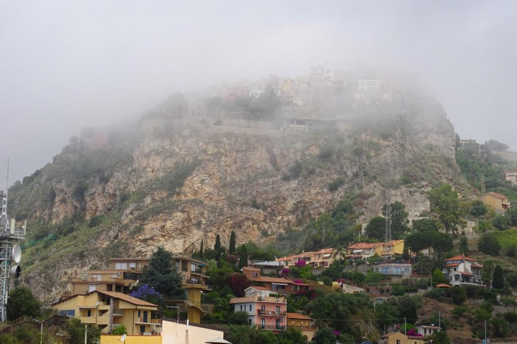 Castelmola we mgle
