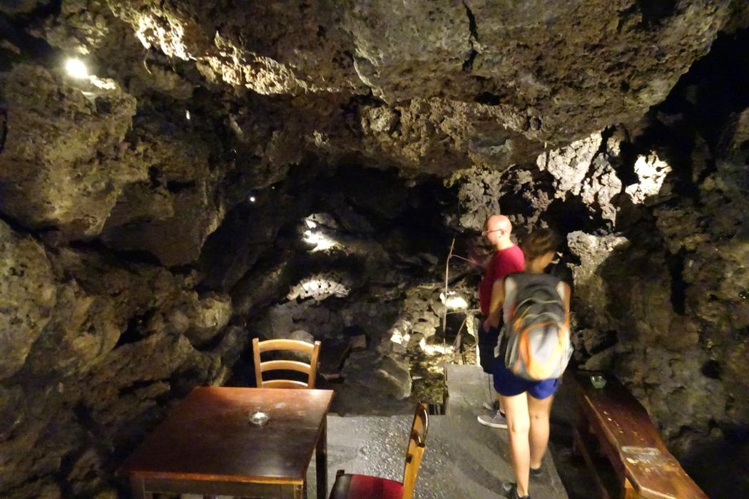 Stoliki pod skałami